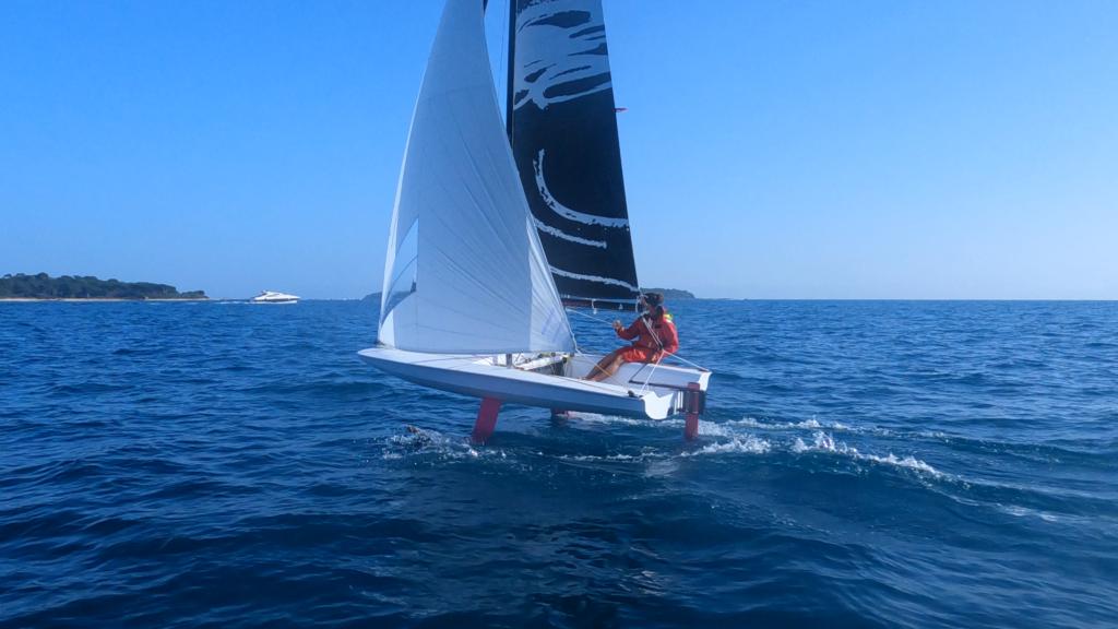 Le bateau Birdyfish vole au-dessus à Cannes grâce à ses foils.