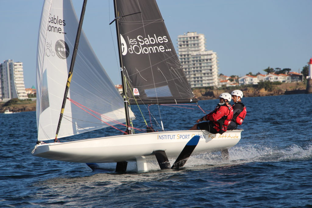 Les élèves de l'Institut Sport Ocean des Sables d'Olonne navigue à bord du bateau à foil BirdyFish
