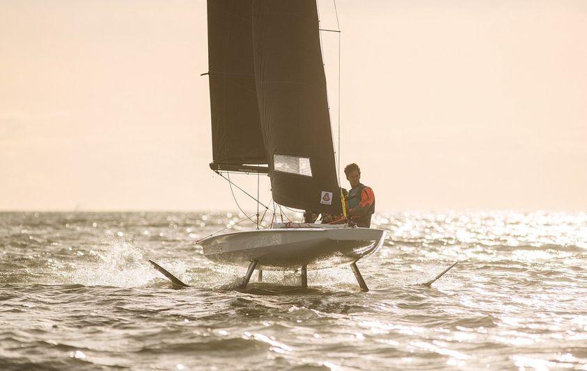 Le bateau à foil BirdyFish vole au-dessus de l'eau à Trégastel