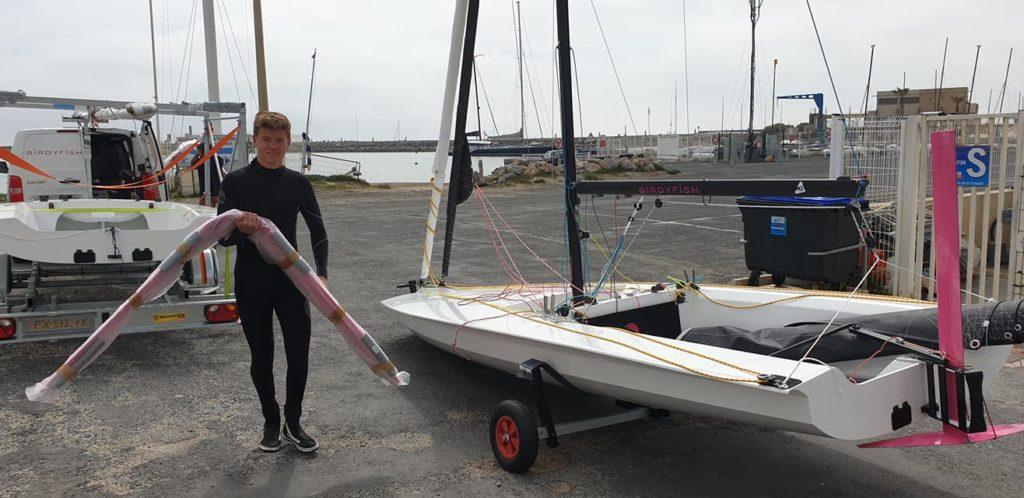 Le bateau à foil BirdyFish est posé à terre sur le parking du Club Nautique de Canet-Perpignan. Il vient dy être livré.